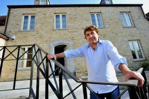 Claude barzotti devant sa maison