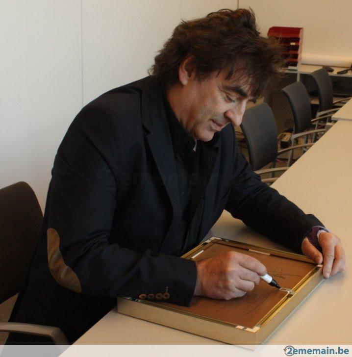 Claude Barzotti entrain de dédicacer le disque d'or